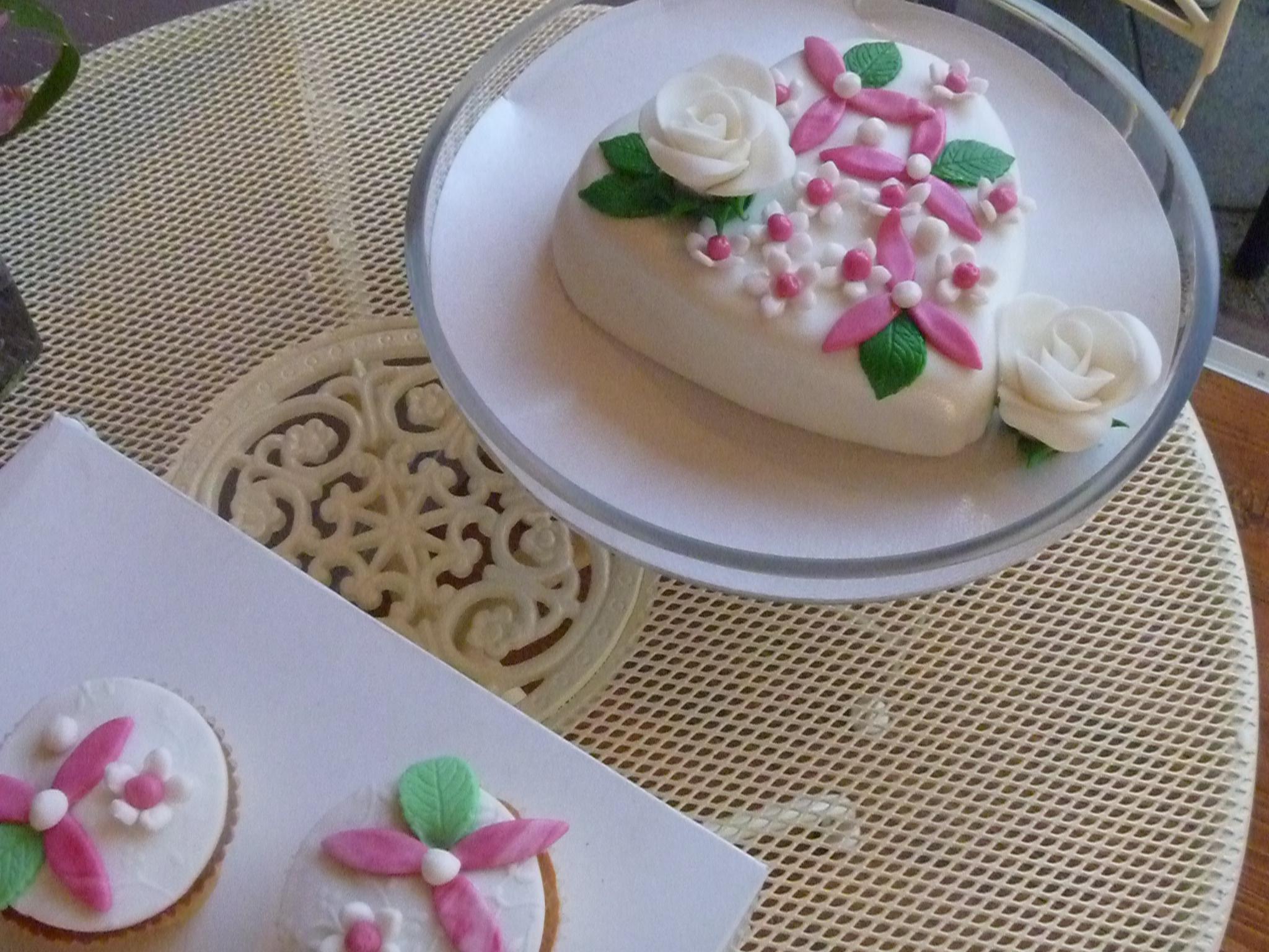 taartje-hart-met-cupcakes